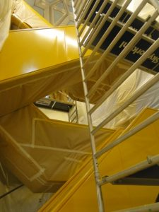dominante gele trap op locatie gespoten