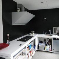 Op maat gemaakte keuken voor plaatsing van de deuren