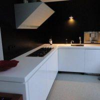 Nieuwe keuken hoogglans wit gespoten deuren met mat zwarte op maat gemaakte achterwanden