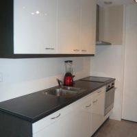 Keuken deuren van zijdeglans groen naar hoogglans wit gespoten